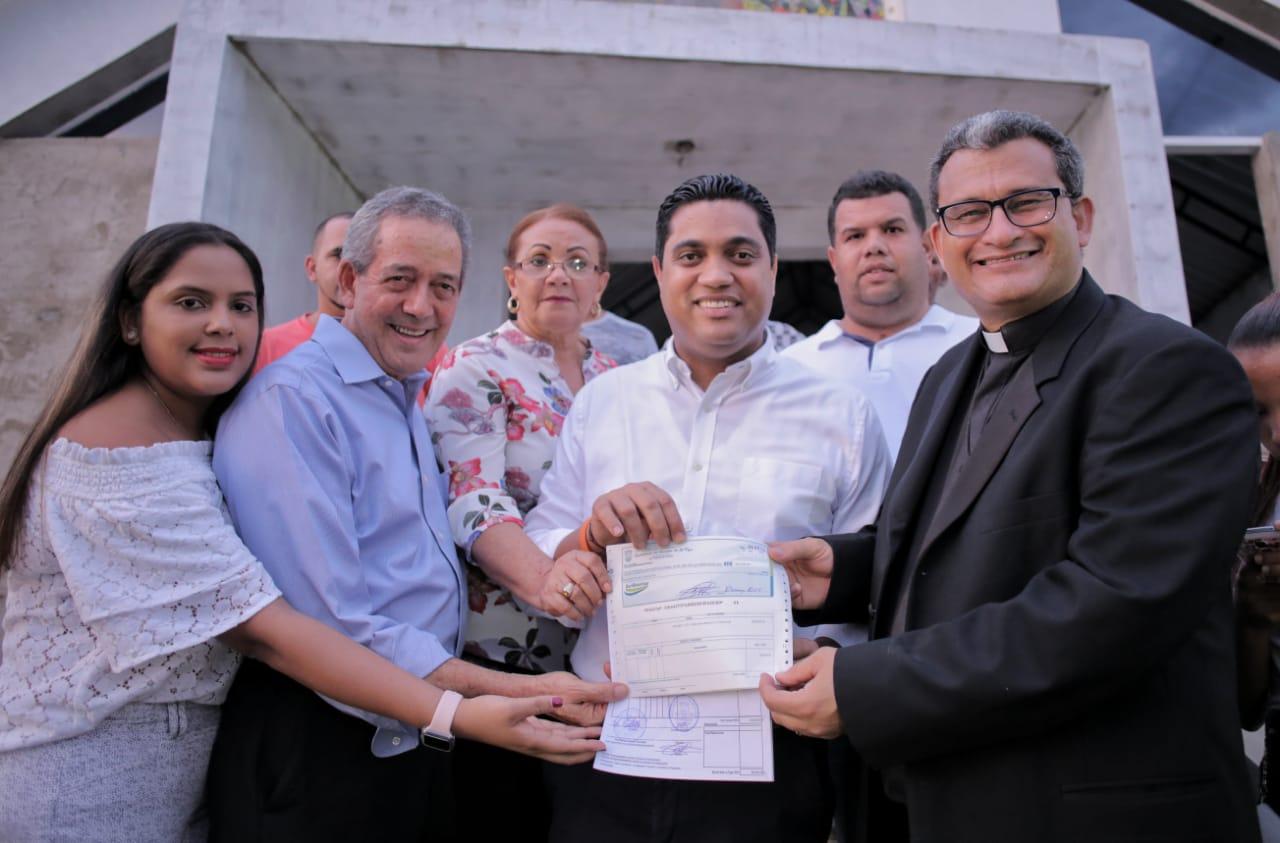ALCALDE KELVIN CRUZ ENTREGA MEDIO MILLÓN DE PESOS PARA TERMINACIÓN DE IGLESIA.
