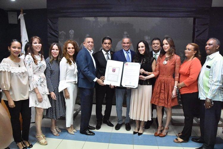 ALCALDE KELVIN CRUZ Y REGIDORES ENTREGAN RECONOCIMIENTO PÓSTUMO A HIJOS DE DON PEDRO A. RIVERA.