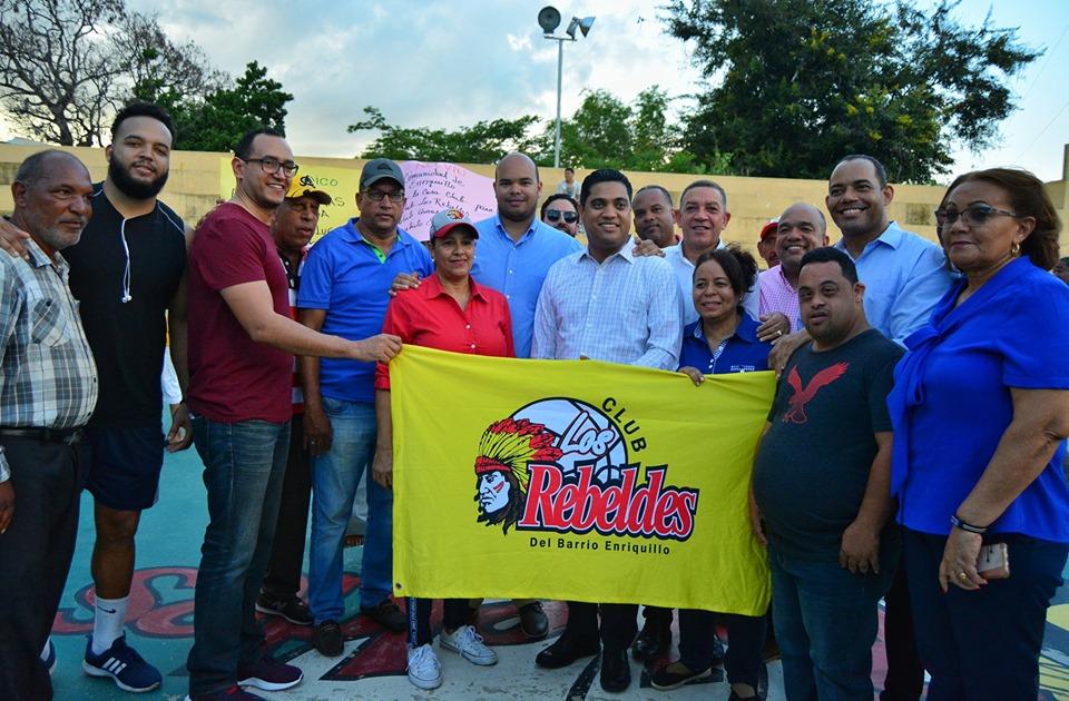 ALCALDE KELVIN CRUZ DEJA INICIADOS LOS TRABAJOS DE CONSTRUCCIÓN DEL TECHADO DEL CLUB ENRIQUILLO.