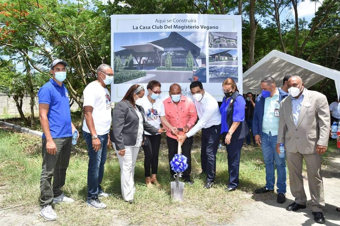 ALCALDE KELVIN CRUZ ENTREGA APORTE DE UN MILLÓN PARA CONSTRUCCIÓN CASA CLUB MAESTROS.