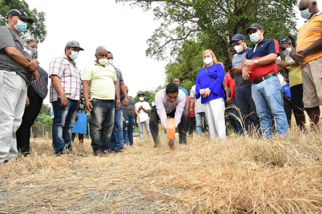 Alcalde Kelvin Cruz dio el primer picazo para construcción del Club de Quebrada Honda.