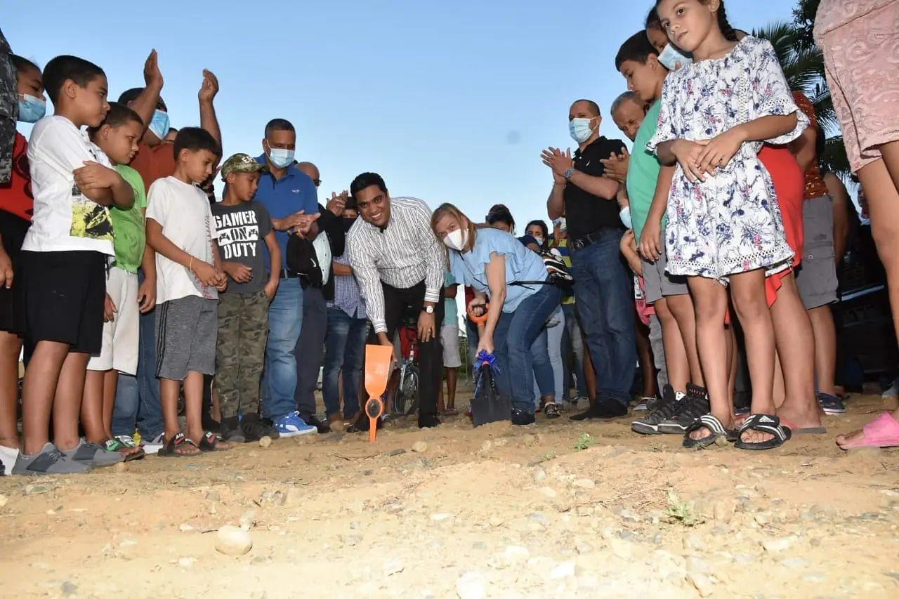 Alcalde de La Vega Kelvin Cruz inicia trabajos construcción Cancha Mixta en el Caimito.