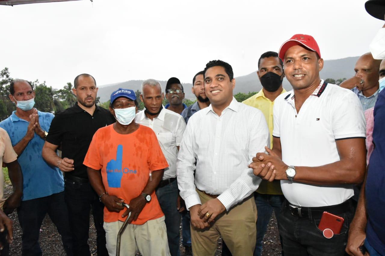 El Alcalde Kelvin Cruz visitó la comunidad del Pino, donde anunció los trabajos de construcción de la verja perimetral del complejo deportivo.